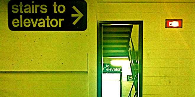 Escaleras al ascensor