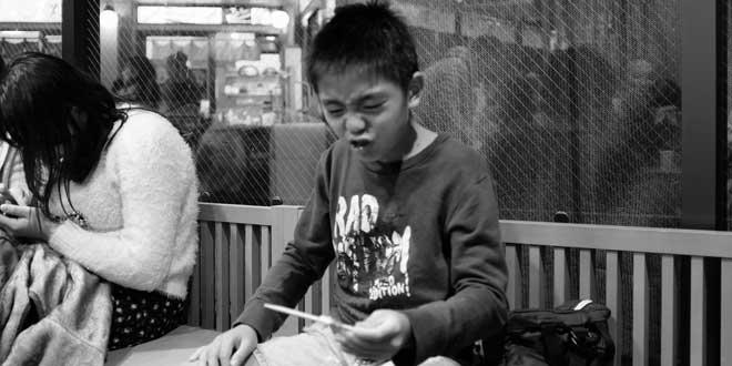 Niño probando pollo aderezado con mostaza picante