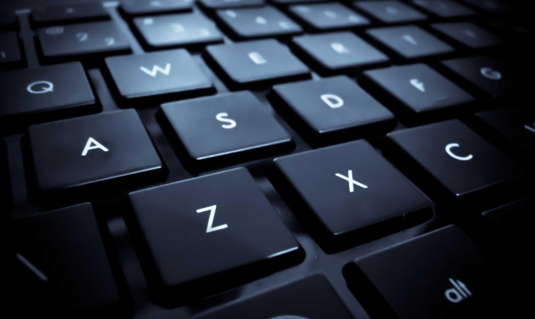 ¿Por qué los teclados QWERTY no están en orden alfabético?