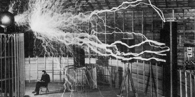 Tesla en su laboratorio en Colorado Springs diciembre de 1899
