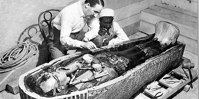 Howard Carter examinando el sarcófago de Tutankamón, 1923