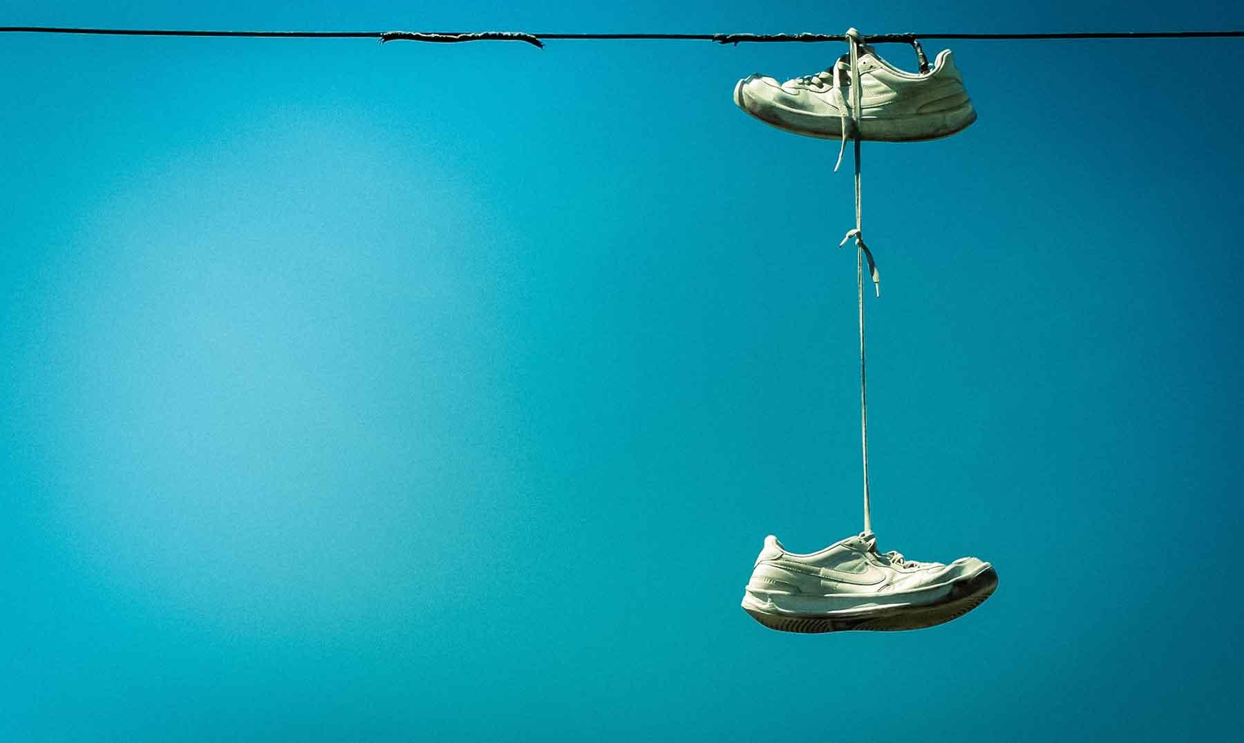 ¿Por qué cuelgan zapatos en los tendidos eléctricos?