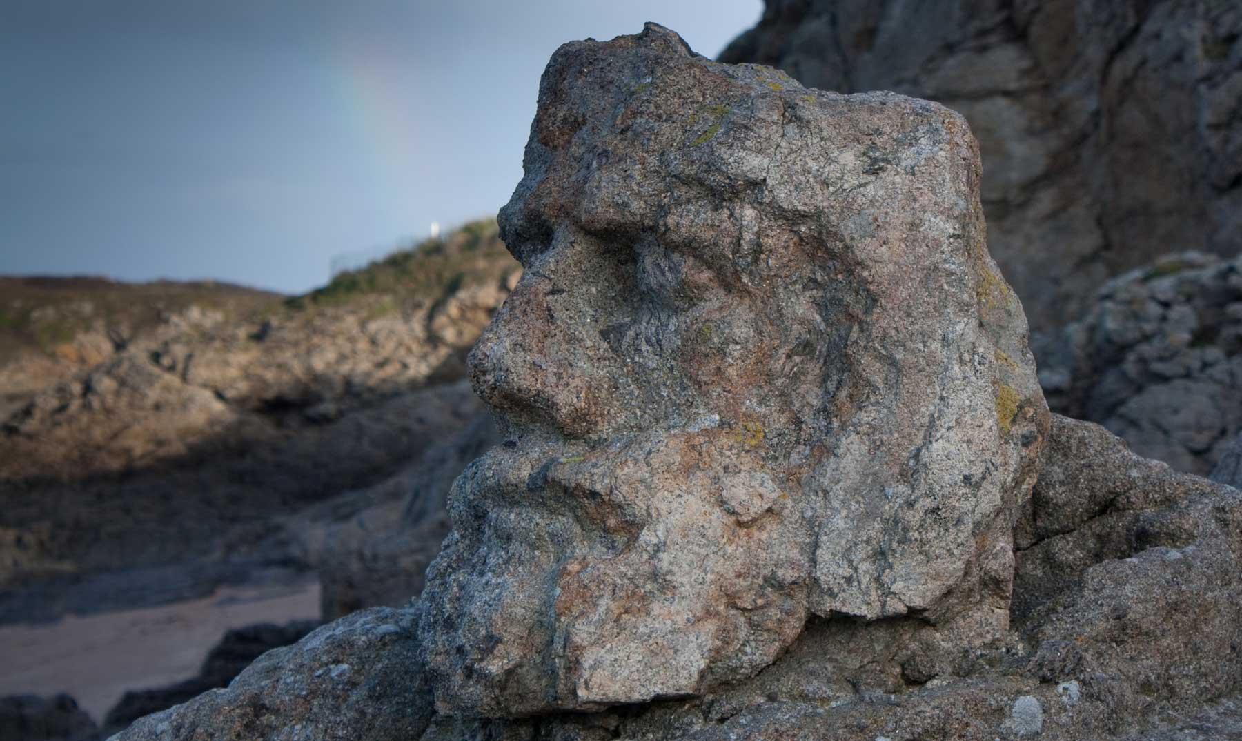 El ermitaño que esculpía figuras en los acantilados