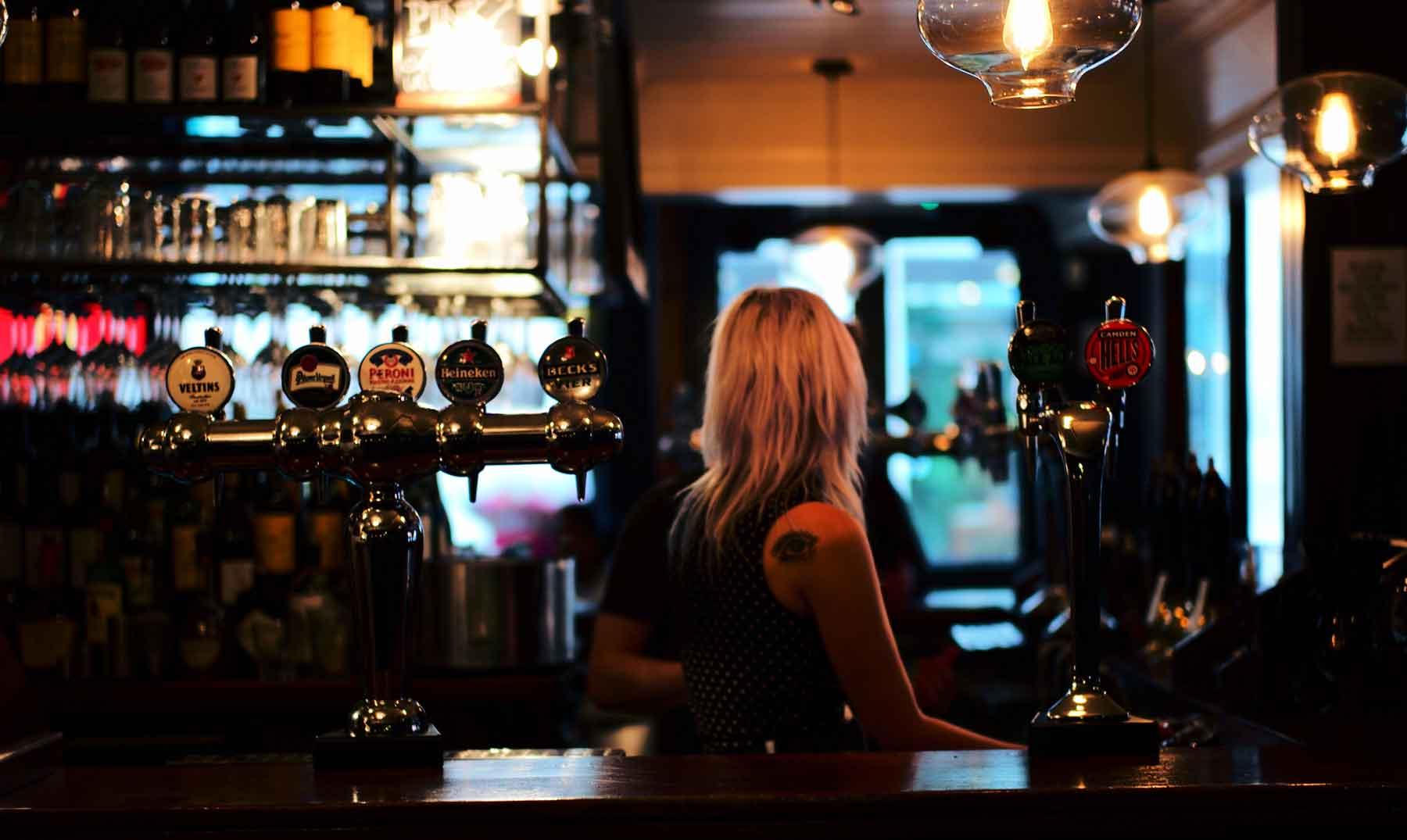 La policía británica asalta un pub en busca del Santo Grial