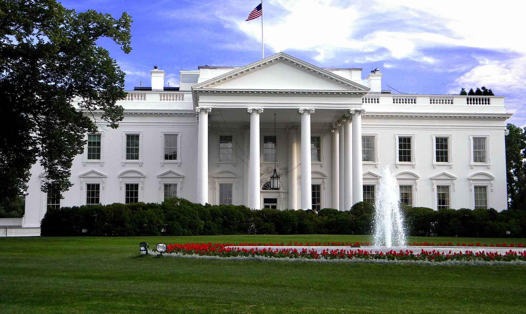 la casa blanca pintada de negro