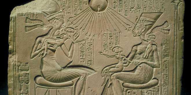 Escena intimidad Akhenaton, Nefertiti e hijas