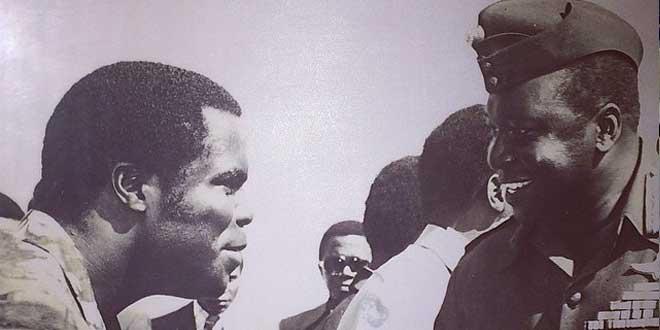 IdiAmin saludando a un ugandés