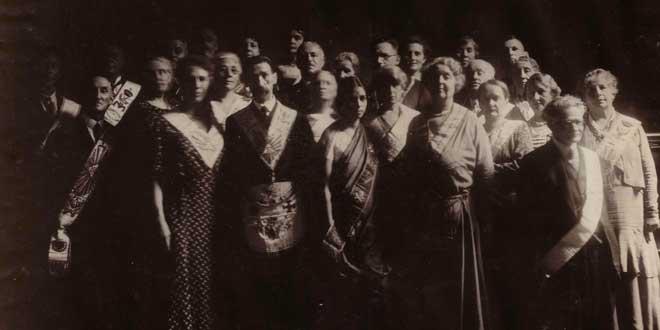 Grupo de masones en Amsterdam el Día de la Reina en un mercadillo callejero (años 30)