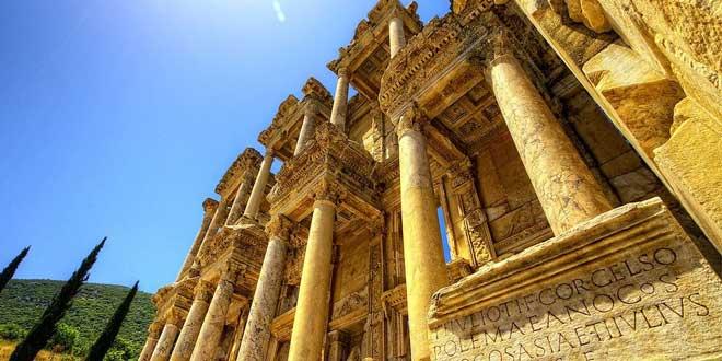 Biblioteca de Celso en Éfeso, en honor a Tiberius Julius Celsus Polemaeanus (terminada en el 135 d. C)