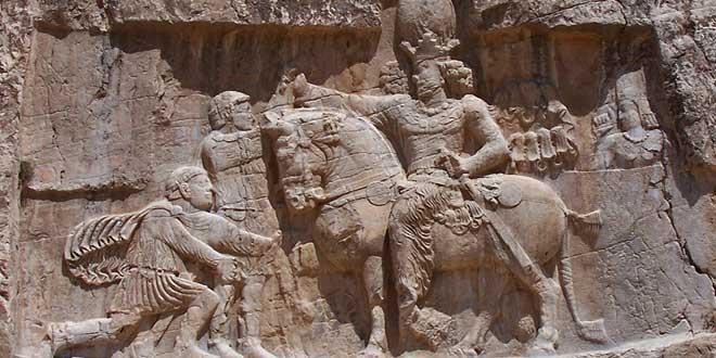 Relieve. El triunfo de Saporo I (r. 241-272), Naqsh-e Rostam, Iran. Sapor vencedor de dos emperadores romanos, el que está de pie: Valeriano