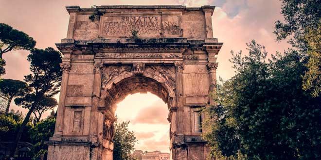 Arco de Tito (siglo I d.C.), Vía Sacra, Foro Romano, Roma.