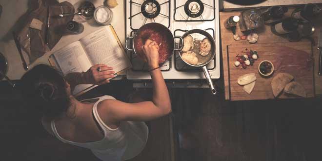 Joven Cocinando