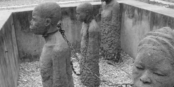 Escultura de esclavos en el Museo de la Esclavitud de Bagamoyo, Tanzania, África