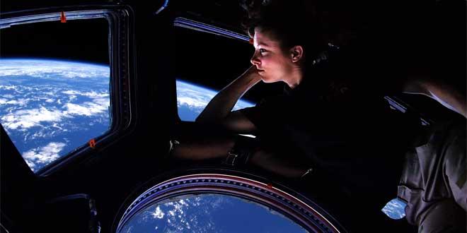 Tracy Cadwell mirando hacia la Tierra desde la cúpula de la Estación Espacial Internacional (ISS)