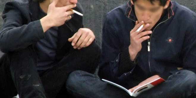 Estudiante estudiando y fumando
