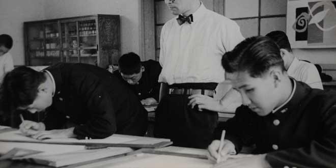 Jóvenes japoneses estudiando bajo la mirada de su profesor