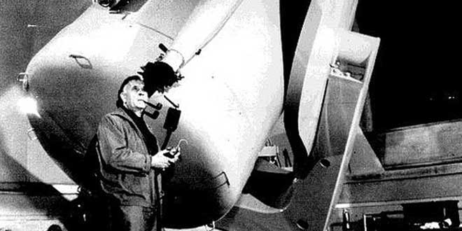 Detalle. Fotografía de Edwin Hubble fumando pipa mientras mira a través de un telescopio.