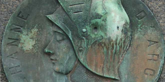 Placa de Jeanne d'Arc en el Cementerio de Montparnasse, Paris.
