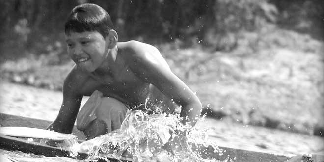 Niño jugando en el Amazonas