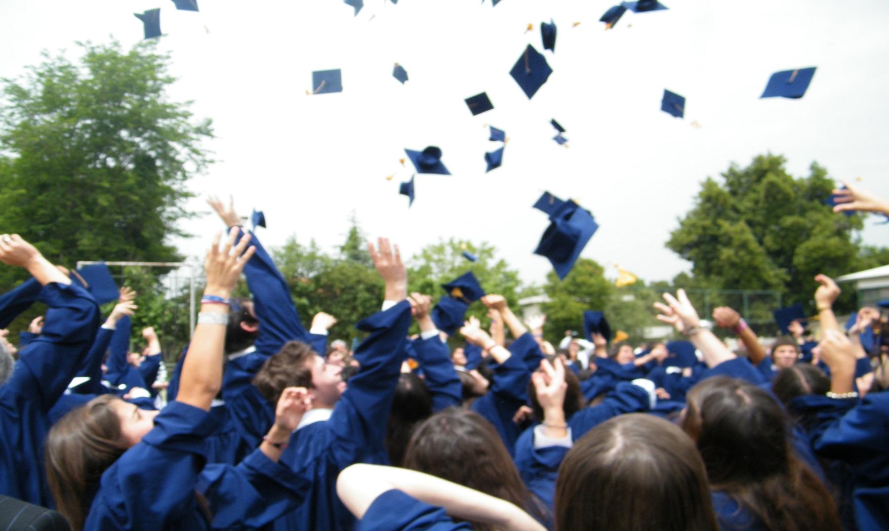¿Por qué se tiran los sombreros en las graduaciones?
