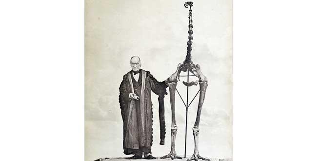 Sir Richard Owen junto a un fósil Moa en 1879