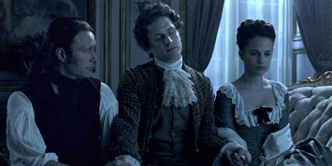 """Clip de la película """"A royal affaire""""  (2012, Nikolaj Arcel). En esta imagen vemos a Cristián VII entre el doctor Struensee y su esposa la reina Carolina Matilde."""