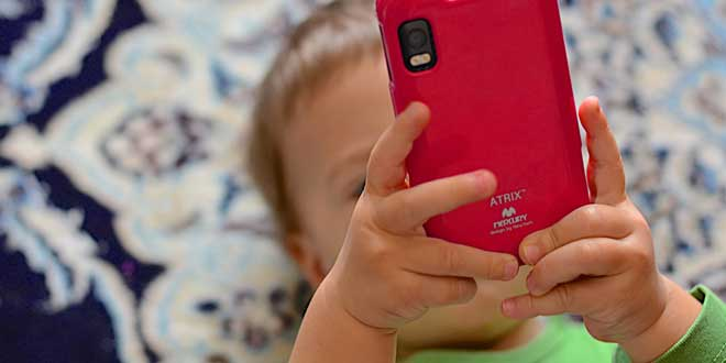 Bebé usando smartphone con pantalla táctil