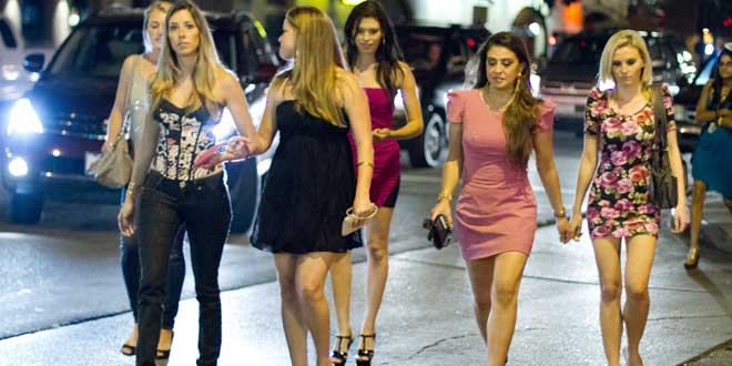 chicas yendo de fiesta