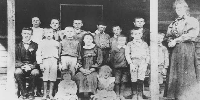Niños con su profesora en una escuela de Queensland, 1898