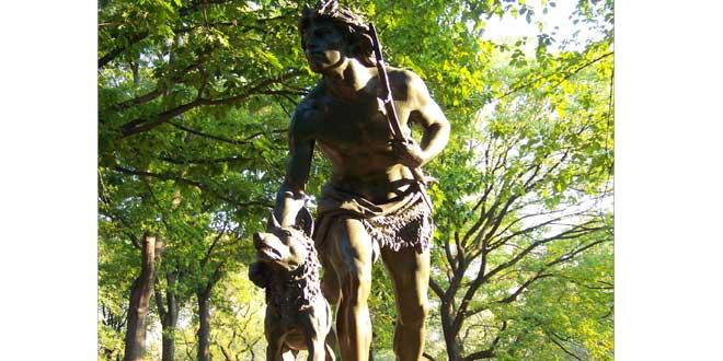 Hombre prehistórico y perro, estatua en Central Park (N.Y., E.E.U.U.)
