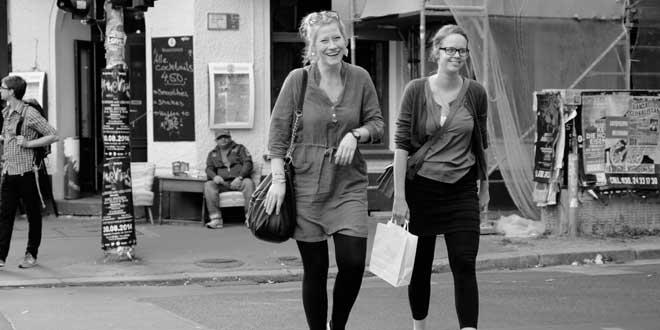 chicas felices de compras