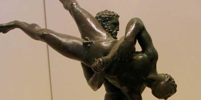 Estatua de bronce de Heracles luchando contra el gigante Antaeus. Alexandria, Egipto II-I a.C.