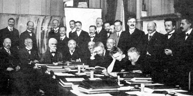 Marie en la primera Conferencia Solvay (1911), la segunda de abajo empezando desde la derecha