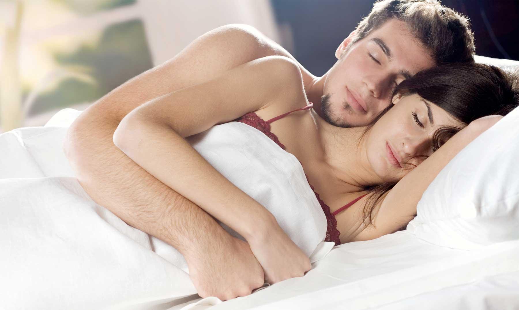 ¿Cómo duermes con tu pareja? La postura define tu relación