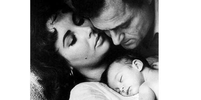 Elizabeth Taylor, Mike Todd y su hijita recién nacida, Liza en 1957