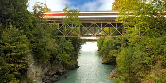 Tren sobre río