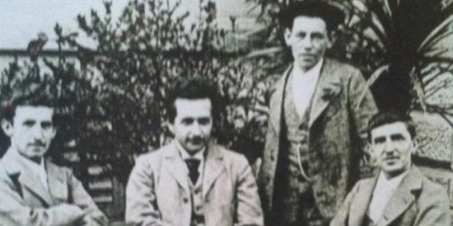 Foto tomada en 1899 en su casa de Berna, Suiza, junto a algunos de sus amigos