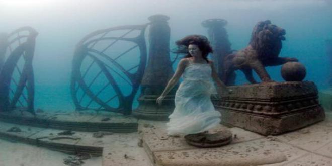 Neptune_Memorial_Reef_-_das_Eingangsportal_mit_den_Bronzeloewen_id1698_h550_660x330