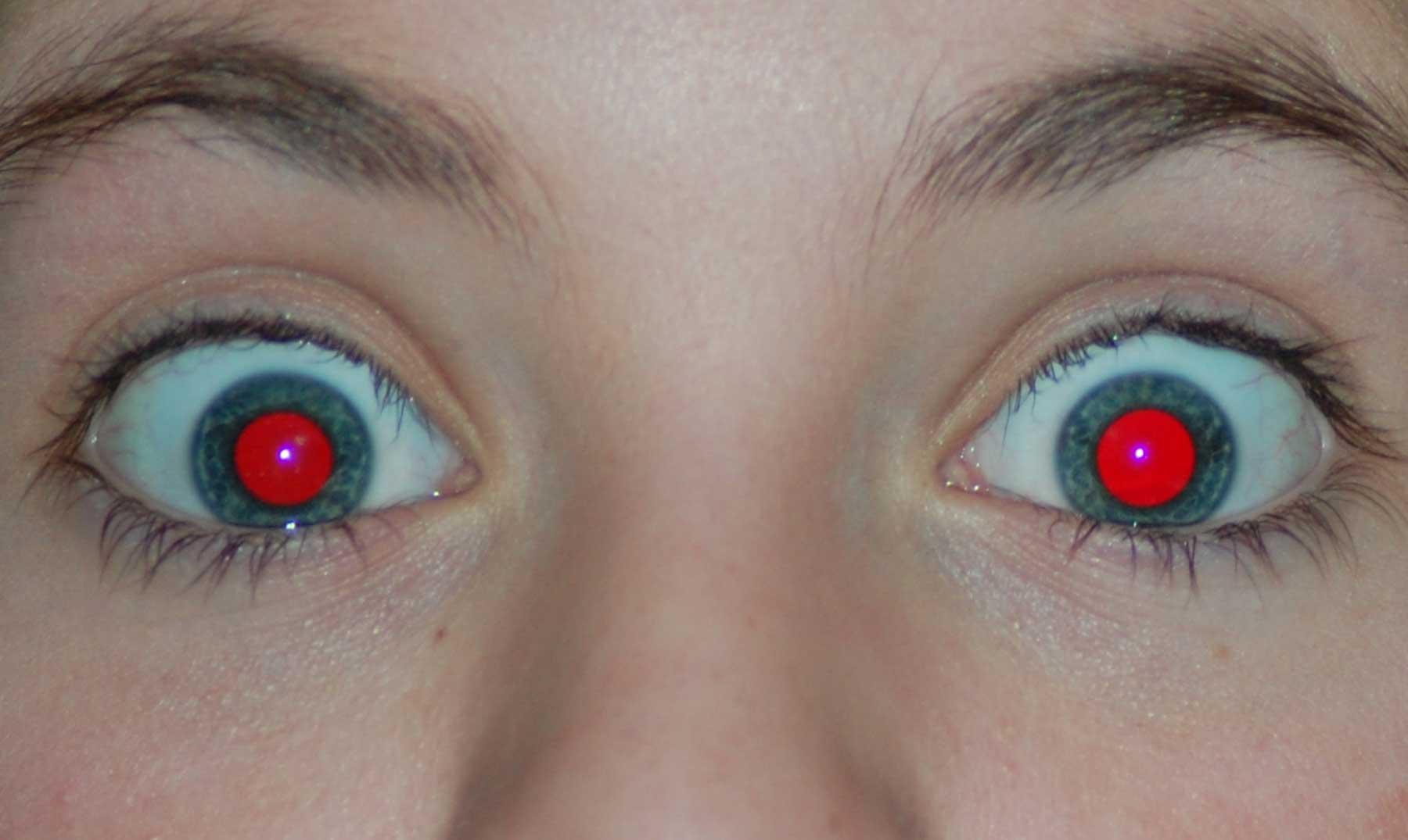 ¿Por qué nos salen los ojos rojos en algunas fotografías con flash?
