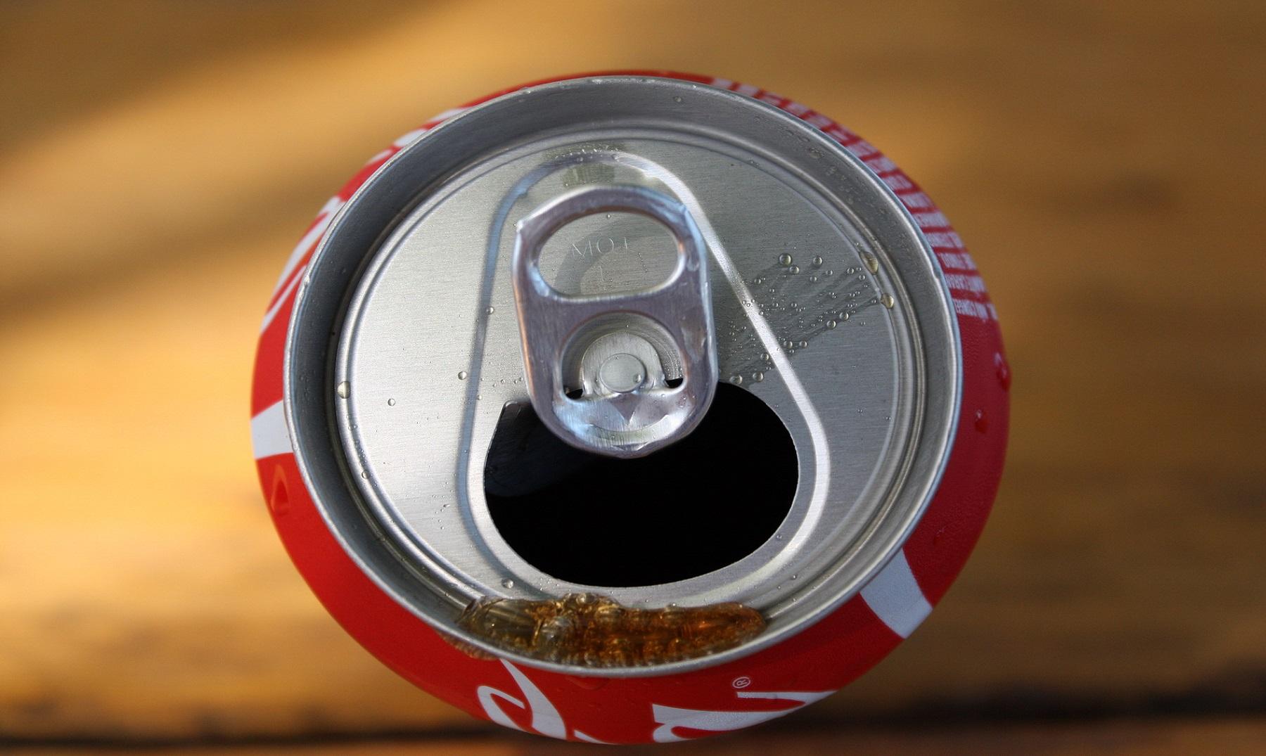 Si pones una Coca Light en agua, flota pero si lo haces con una Coca-Cola común, se hunde