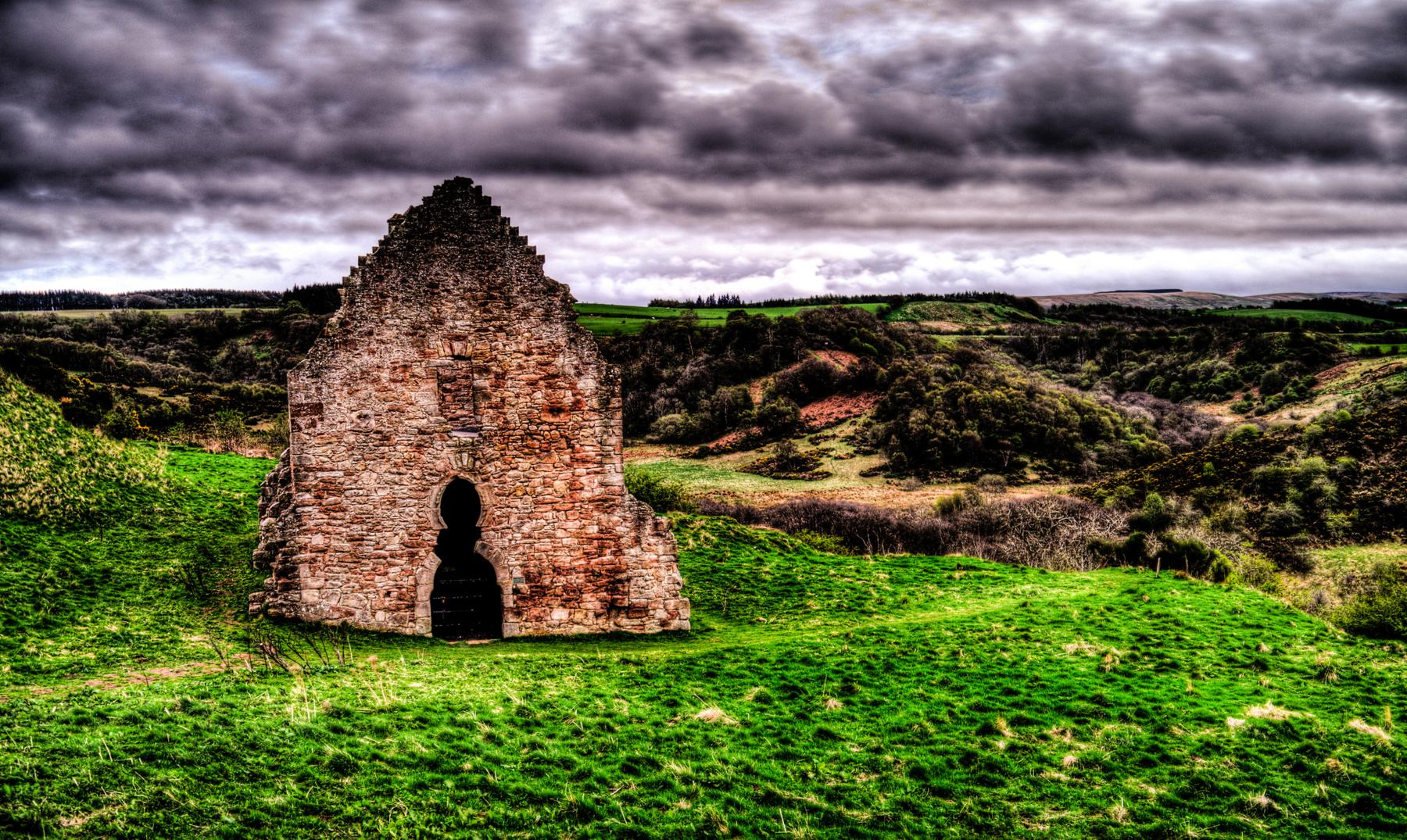 """La leyenda escocesa de """"Redcap"""", el morador de las ruinas"""
