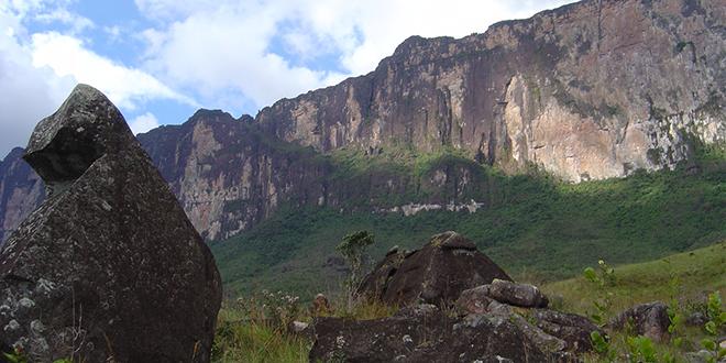 La ruta de ascenso al Roraima. La parte boscosa pegada a la pared que asciende progresivamente esconde el camino