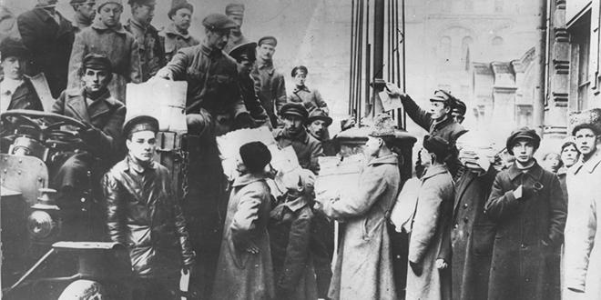 Seguidores bolcheviques distribuyendo periódicos el primer día de sesión de los soviets en Moscú, luego del estallido de la Revolución rusa, 1917