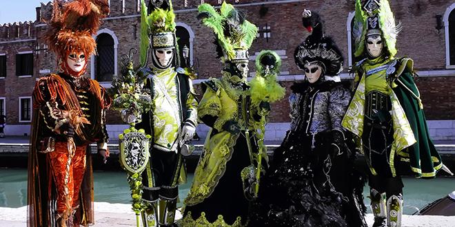 Magníficos disfraces venecianos que los turistas pueden admirar hoy en día