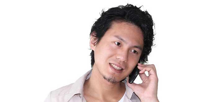 japonés hablando por móvil