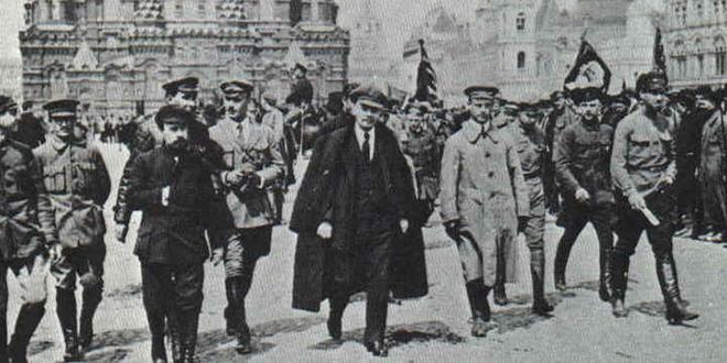 Lenin y sus comandantes en revisión de las tropas milicianas en la Plaza Roja de Moscú, 25 de mayo de 1919