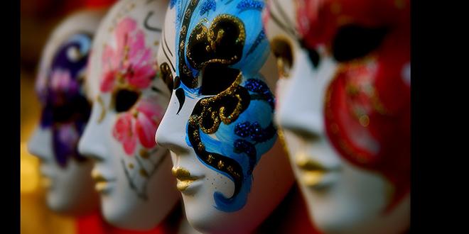Máscaras que los turistas pueden comprar en los numerosos puestos que hay en las calles