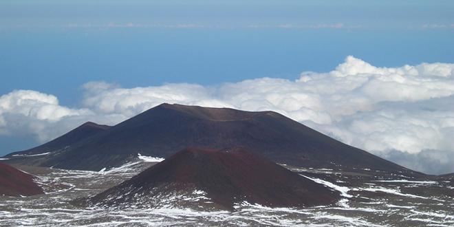 Conos de ceniza volcánica cerca de la cumbre del Mauna Kea, Hawaii