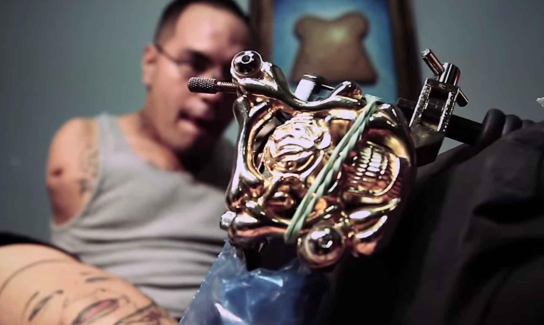Brian Moises, el tatuador que no tiene manos