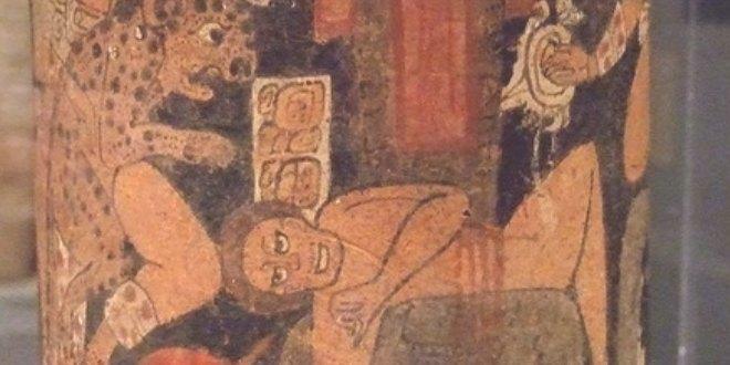 Escena de sacrificio en una vasija maya